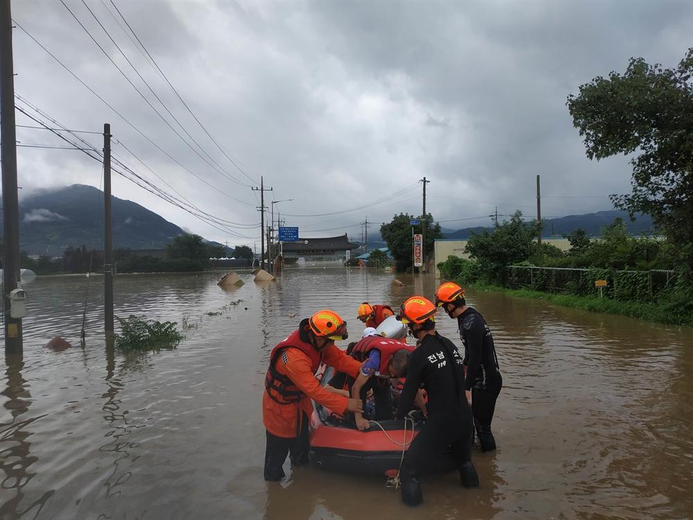도로 한복판에서 보트로 구조되는 시민들