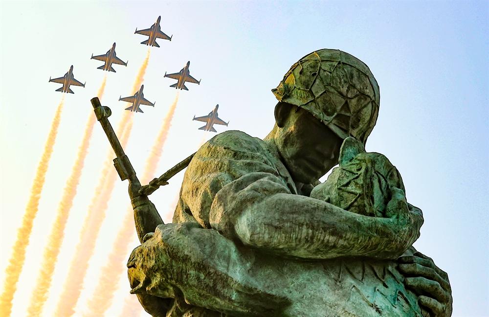 '전쟁영웅들을 기리며' 블랙이글스 추모비행