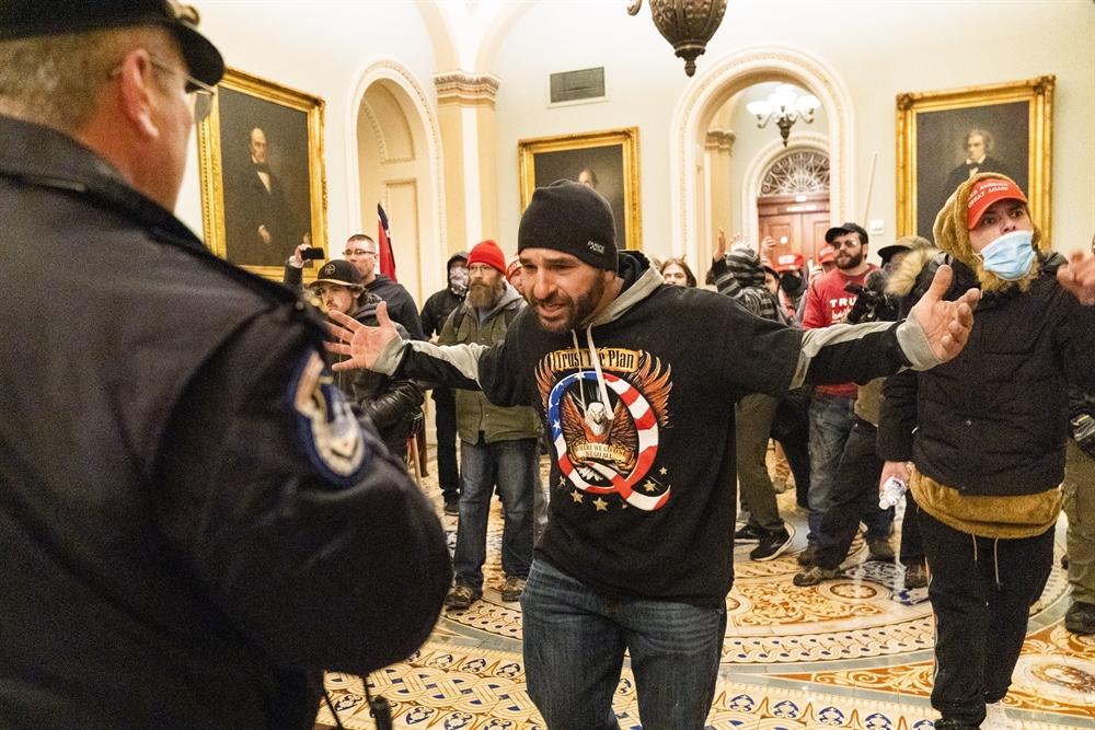 트럼프 시위대 美의회 난입 '초유의 사태'