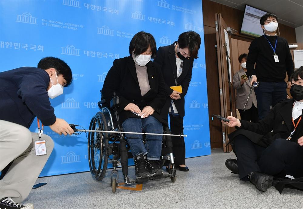 김종철 성추행 사퇴에…충격 휩싸인 정의당