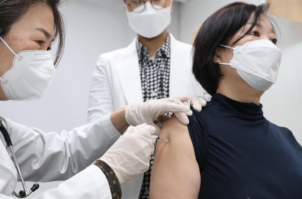 코로나19 백신 접종 개시