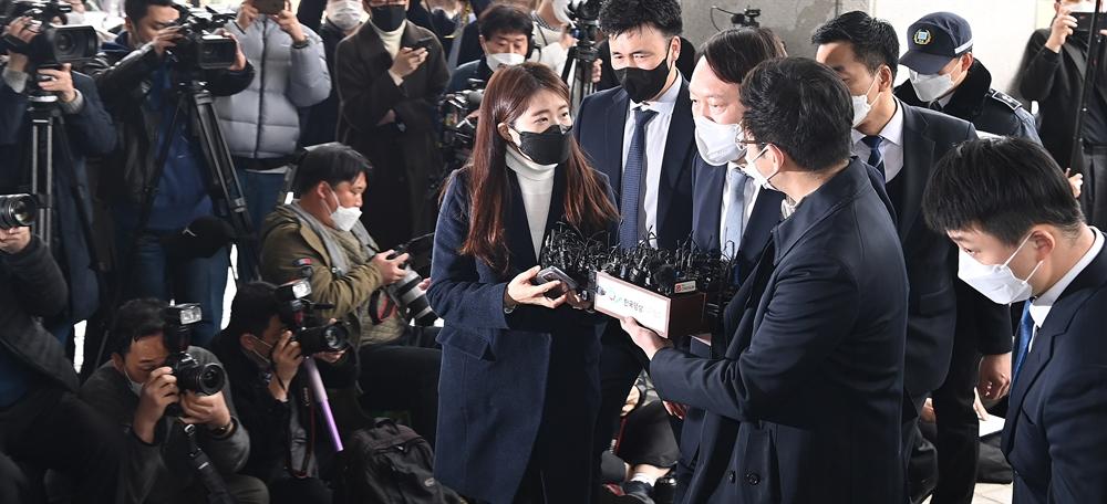"""""""상식과 정의 무너졌다"""" 윤석열 총장 전격사의"""