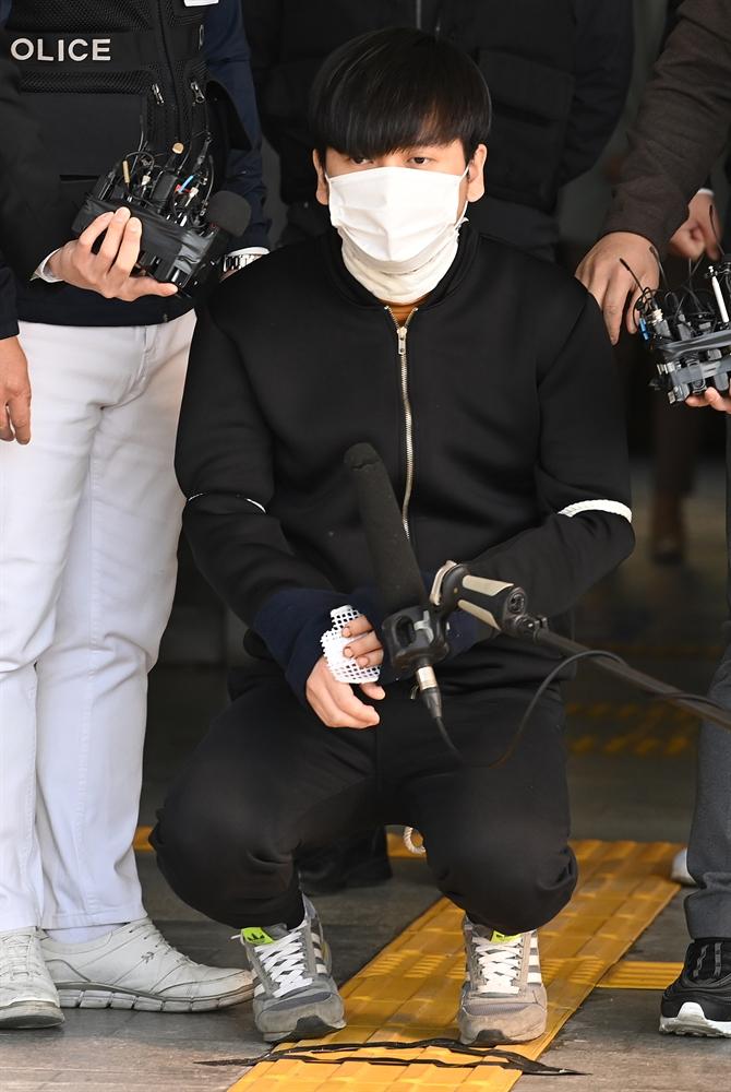 무릎꿇은 김태현