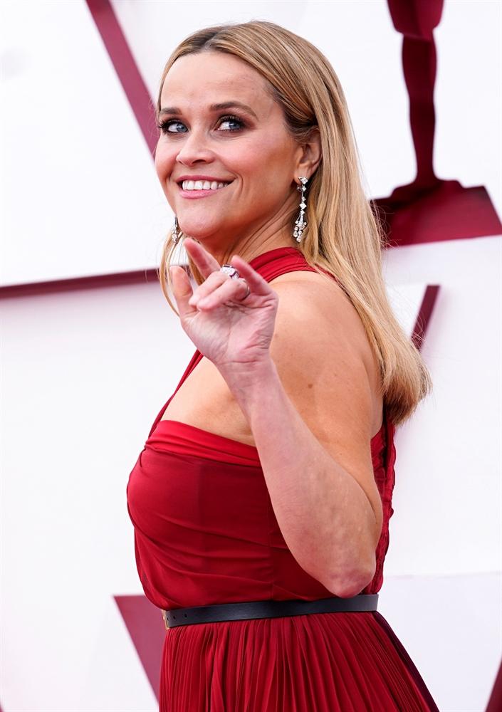 빨간 드레스 입은 리즈 위더스푼