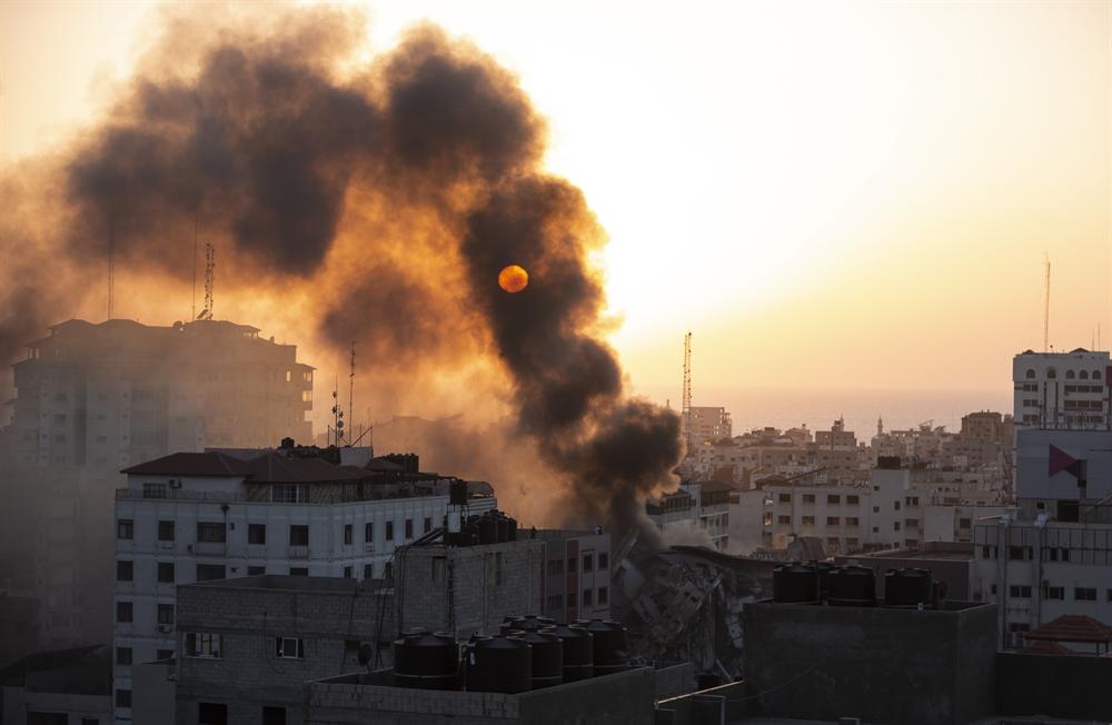 불길 휩싸인 건물