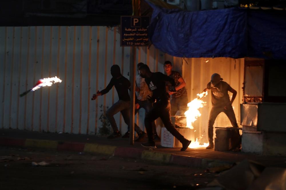 화염병 던지는 팔레스타인 시위대