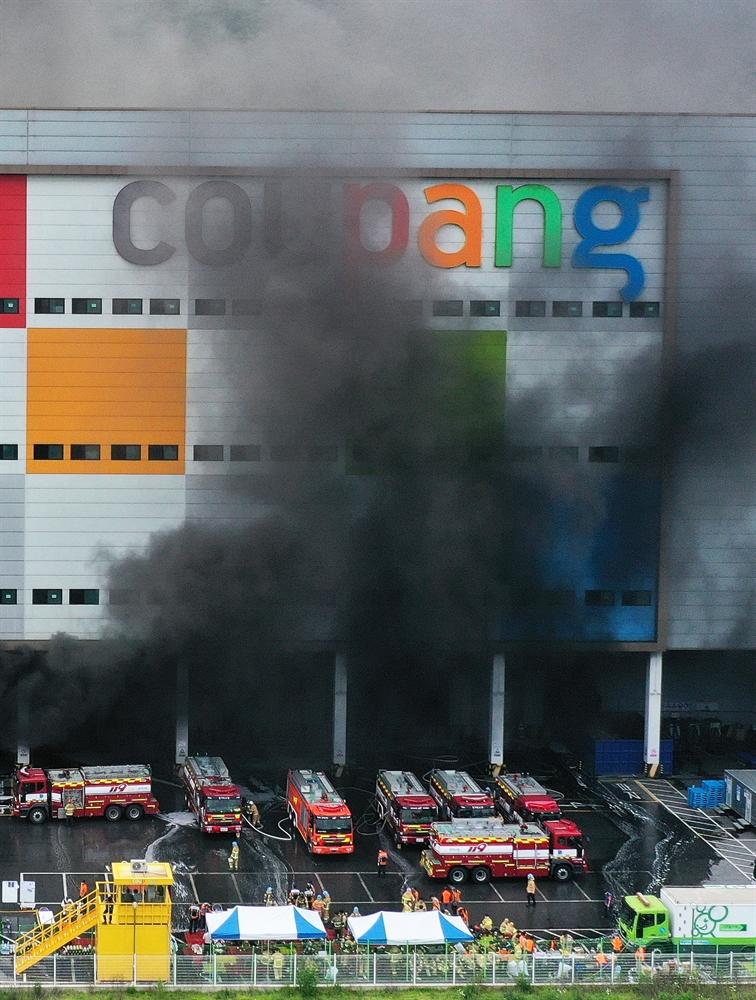 검은 연기에 휩싸인 쿠팡 덕평물류센터