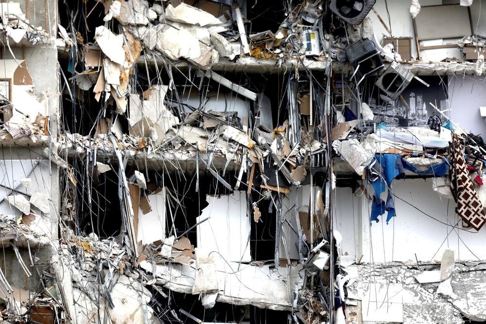 쓰던침대도 그대로…美 아파트 붕괴 현장