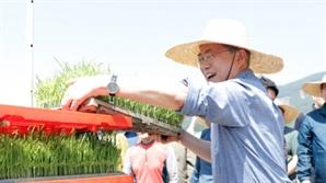 """모내기 현장 찾은 文 """"쌀값 올려...농업정책은 칭찬해달라"""""""