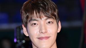 김우빈, '제40회 청룡영화상' 시상자로 참석..2년 6개월 만 공식석상